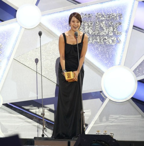 Baek Ji Young win Best Female Solo Singer at MAMA